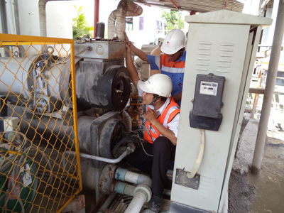 Checking screw refrigeration compressor on site